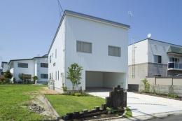 四季を楽しむ家 (シンプルな白い外観-1)