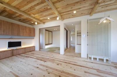 畳コーナーのあるリビングダイニング (四季を楽しむ家)