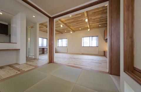 四季を楽しむ家の部屋 畳コーナーよりリビングを見る