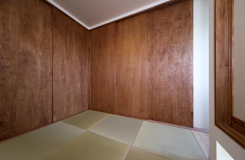 四季を楽しむ家の部屋 畳コーナーとリビングを仕切る