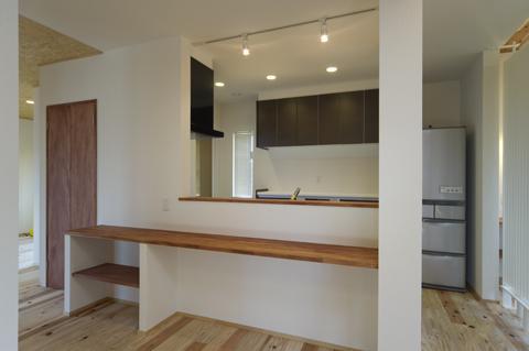 四季を楽しむ家の部屋 カウンターのある2階キッチン