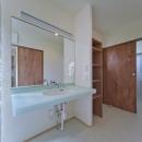 四季を楽しむ家の写真 開放的な洗面所