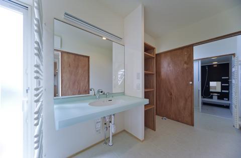 四季を楽しむ家の部屋 開放的な洗面所