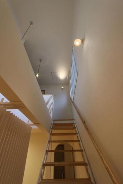 『Love House』こだわりの詰まった可愛らしい住まい (丸パイプの階段)