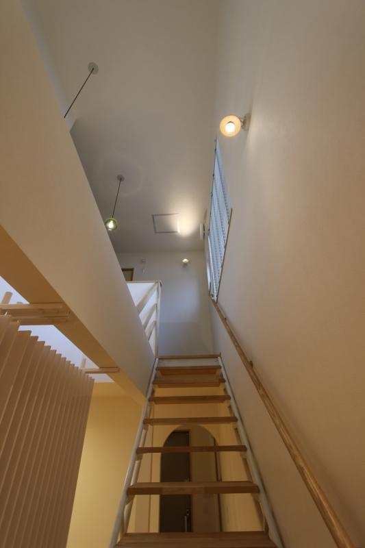 『Love House』こだわりの詰まった可愛らしい住まいの写真 丸パイプの階段