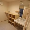 大きな鏡と収納のある洗面所