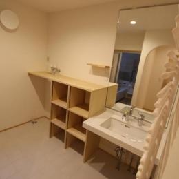 『Love House』こだわりの詰まった可愛らしい住まい (大きな鏡と収納のある洗面所)