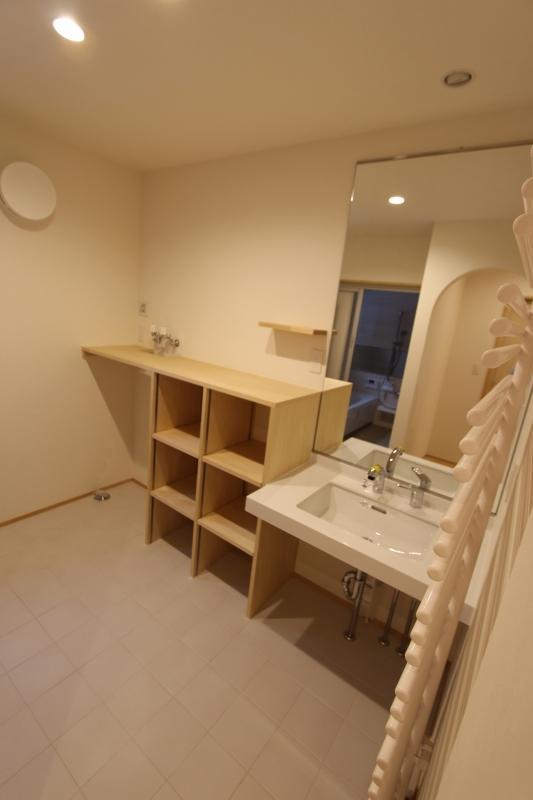 『Love House』こだわりの詰まった可愛らしい住まいの写真 大きな鏡と収納のある洗面所