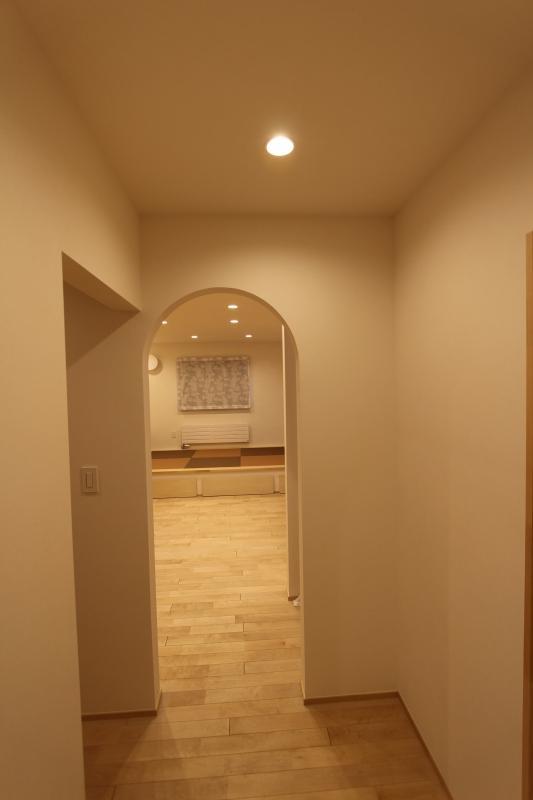 『Love House』こだわりの詰まった可愛らしい住まいの部屋 リビング入口-アールの開口