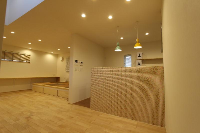 『Love House』こだわりの詰まった可愛らしい住まいの部屋 モザイクタイル壁のキッチン