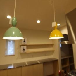 ポップなキッチン照明 (『Love House』こだわりの詰まった可愛らしい住まい)
