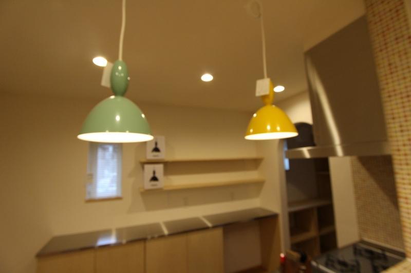 『Love House』こだわりの詰まった可愛らしい住まいの写真 ポップなキッチン照明