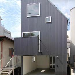『巣箱の家』家族の成長を見守る住まい (ガルバリウム鋼板の外観)