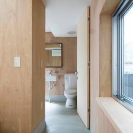 『巣箱の家』家族の成長を見守る住まい (モルタル仕上げ床のトイレ)