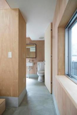 『G-house』家族の成長を見守る住まい (モルタル仕上げ床のトイレ)
