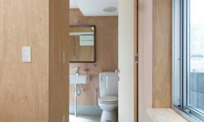 モルタル仕上げ床のトイレ|『巣箱の家』家族の成長を見守る住まい