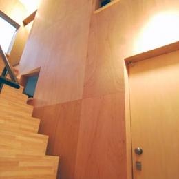 『巣箱の家』家族の成長を見守る住まい (いくつかの開口がある階段室)