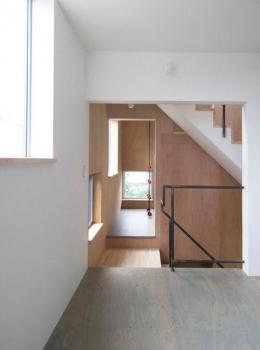 『G-house』家族の成長を見守る住まい (ダイニングキッチンより階段側を見る)