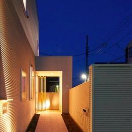 『ひとやまはん。』家を巡る楽しさのある完全分離二世帯住宅 (照明の灯りが導く玄関アプローチ)