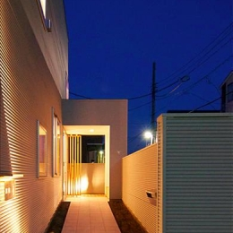 『Ka-house』家を巡る楽しさのある二世帯住宅 (照明の灯りが導く玄関アプローチ)