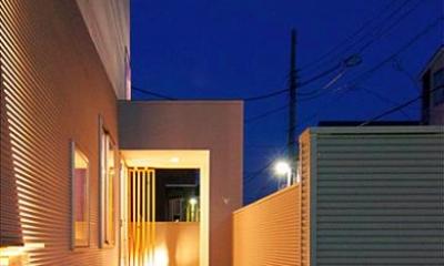 照明の灯りが導く玄関アプローチ|『Ka-house』家を巡る楽しさのある二世帯住宅