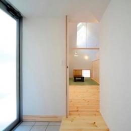 『ひとやまはん。』家を巡る楽しさのある完全分離二世帯住宅 (親世帯-明るい玄関)
