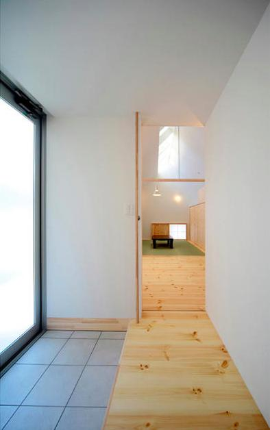 『Ka-house』家を巡る楽しさのある二世帯住宅 (親世帯-明るい玄関)