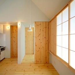 『ひとやまはん。』家を巡る楽しさのある完全分離二世帯住宅-明るいキッチン