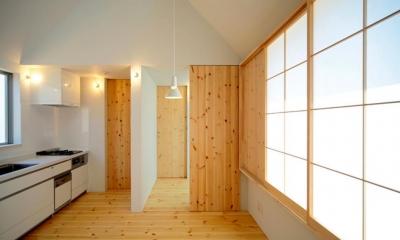『ひとやまはん。』家を巡る楽しさのある完全分離二世帯住宅 (明るいキッチン)