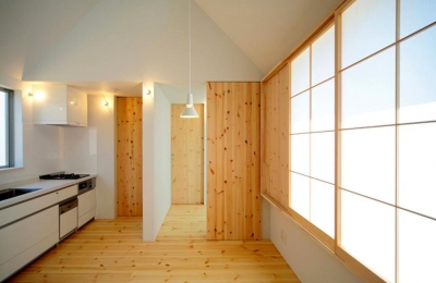 明るいキッチン (『ひとやまはん。』家を巡る楽しさのある完全分離二世帯住宅)