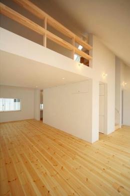 『Ka-house』家を巡る楽しさのある二世帯住宅 (子世帯-吹き抜けの大空間リビング1)
