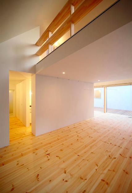 『ひとやまはん。』家を巡る楽しさのある完全分離二世帯住宅 (子世帯-吹き抜けの大空間リビング2)