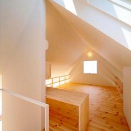 『Ka-house』家を巡る楽しさのある二世帯住宅 (子世帯-ナチュラルな明るい寝室)