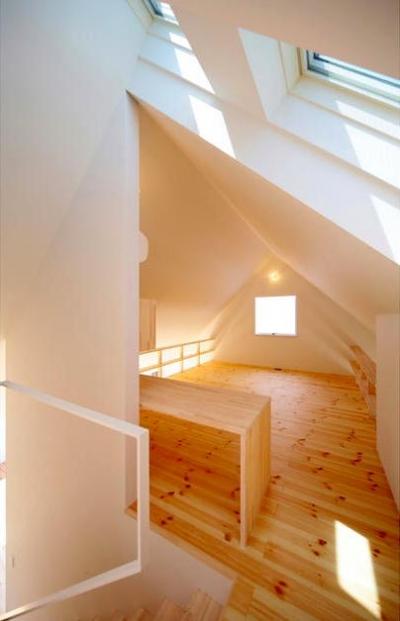 子世帯-ナチュラルな明るい寝室 (『ひとやまはん。』家を巡る楽しさのある完全分離二世帯住宅)