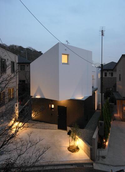 シャープな外観-夕景 (『Natural Angle』空間の連続・拡がりのある住まい)
