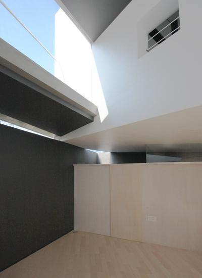 『Natural Angle』空間の連続・拡がりのある住まいの写真 1階と2階のズレから差し込む光