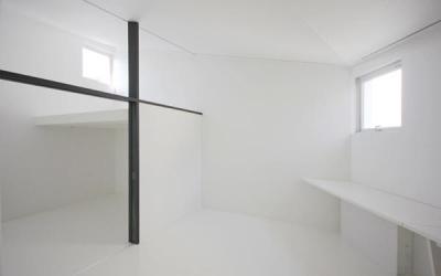 『Natural Angle』空間の連続・拡がりのある住まい (白のインテリアでまとめた寝室)
