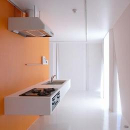 『Natural Cubes』立体キューブの賃貸住宅 (room4-オレンジ色の壁のキッチン)