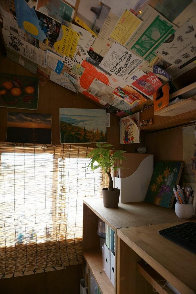 『屋根裏のアトリエ』限られた空間をアトリエにリノベの部屋 手造りの机・収納棚