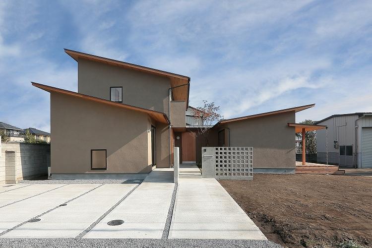 『集う家』木の温もりに包まれた現代和風の家の部屋 正面外観