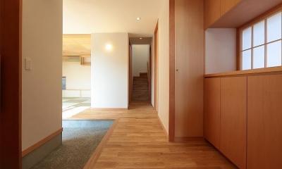 集う家 (木の温もり感じる玄関)