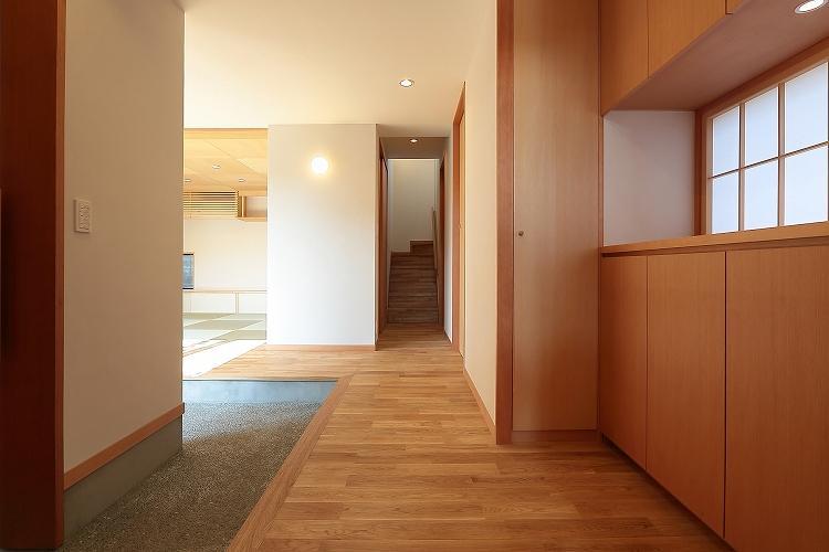 『集う家』木の温もりに包まれた現代和風の家の部屋 木の温もり感じる玄関