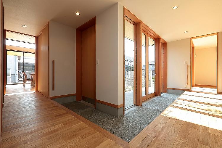 『集う家』木の温もりに包まれた現代和風の家の部屋 明るい土間縁