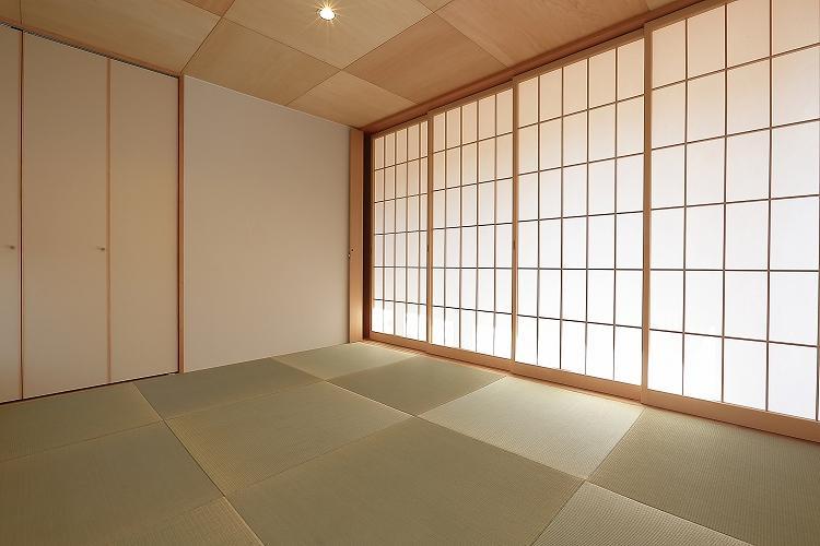 『集う家』木の温もりに包まれた現代和風の家の部屋 和室-引き込み障子戸を閉める