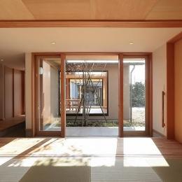 集う家 (和室より中庭・LDKを見る)