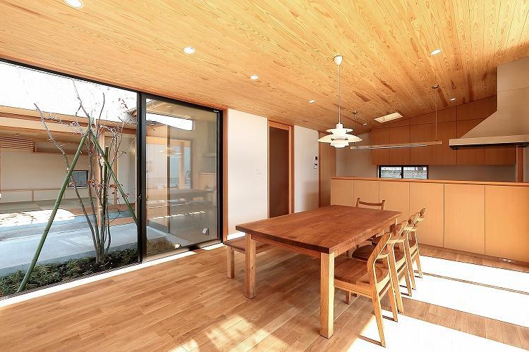 『集う家』木の温もりに包まれた現代和風の家の部屋 中庭に面する明るいLDK