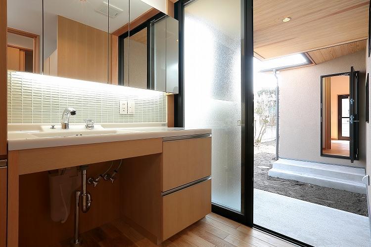 『集う家』木の温もりに包まれた現代和風の家の部屋 洗面・物干・キッチン食品庫