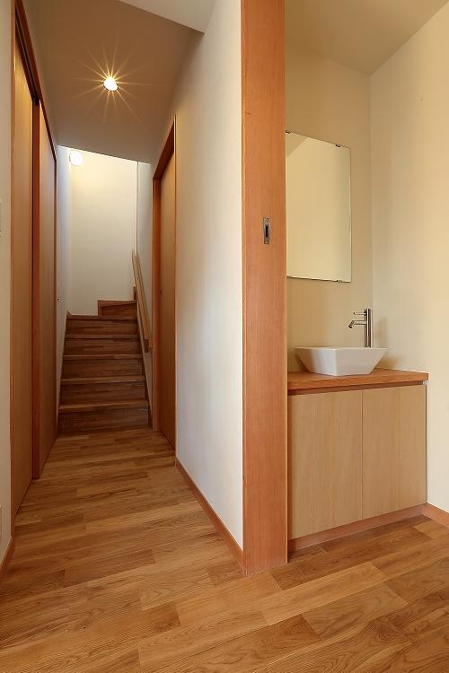 『集う家』木の温もりに包まれた現代和風の家の部屋 洗面スペース・階段