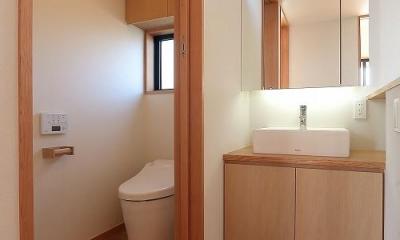 集う家 (シンプルなトイレ空間)