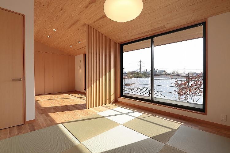 『集う家』木の温もりに包まれた現代和風の家の部屋 現代和風の寝室